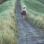 Une personne marchant dans la nature