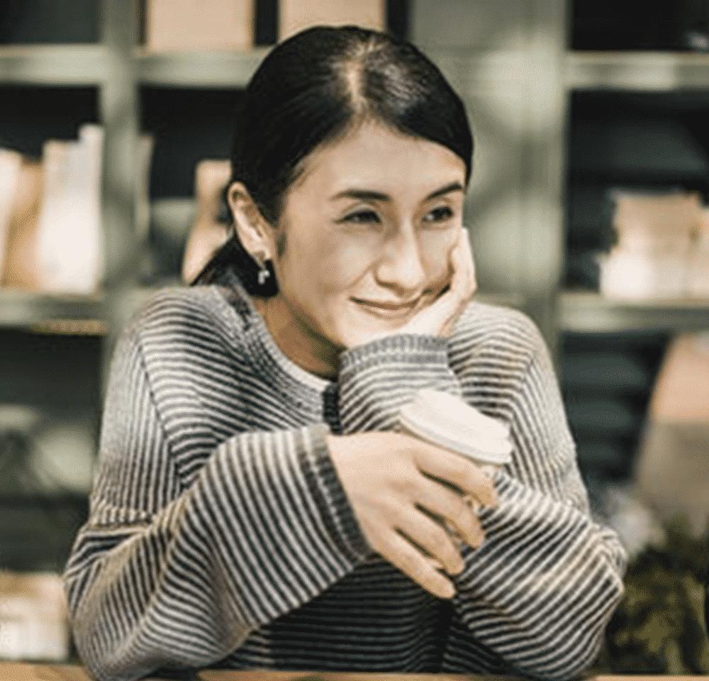 Femme en confiance en soi grâce à un Psychologue
