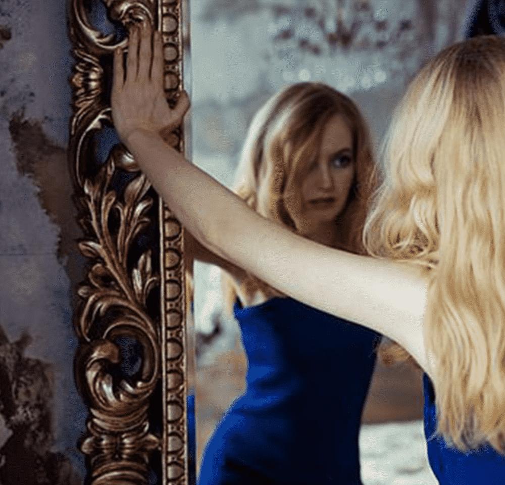 Femme se regardant dans le miroir