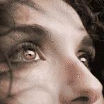 Femme regardant l'horizon grâce à la psychothérapeute